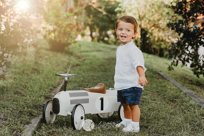sesión de fotos de niño en exterior, con juguete vintage zumaia, gipuzkoa
